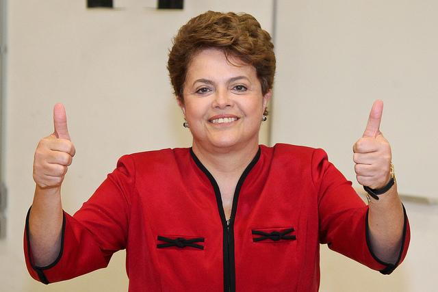 Dilma fazendo joia